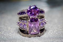 Silvercirkel med purpurfärgad Zircon Arkivbild