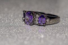 Silvercirkel med purpurfärgad Zircon Royaltyfria Bilder