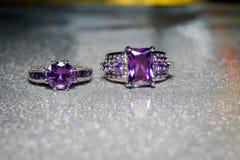 Silvercirkel med purpurfärgad Zircon Arkivbilder