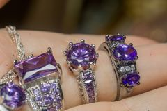 Silvercirkel med purpurfärgad Zircon Royaltyfria Foton