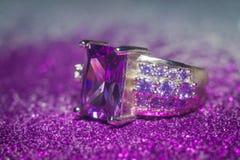Silvercirkel med purpurfärgad Zircon Royaltyfri Fotografi