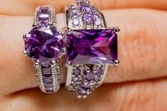 Silvercirkel med purpurfärgad Zircon Royaltyfri Foto