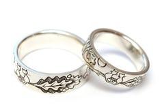 Silverförlovningsringar med gravyr enligt författare`en s skissar royaltyfri foto