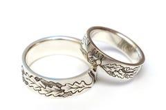 Silverförlovningsringar med gravyr enligt författare`en s skissar royaltyfri fotografi