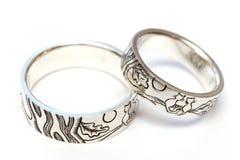 Silverförlovningsringar med gravyr enligt författare`en s skissar arkivfoton