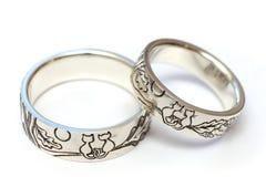 Silverförlovningsringar med gravyr enligt författare`en s skissar royaltyfria bilder