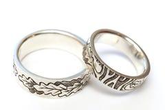 Silverförlovningsringar med gravyr enligt författare`en s skissar arkivfoto