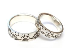 Silverförlovningsringar med gravyr enligt författare`en s skissar royaltyfria foton