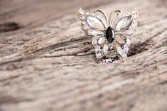 Silverfjäril på trä Arkivbild