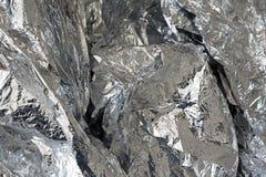 Silverfoliebakgrund med skrynklig yttersida Arkivbild