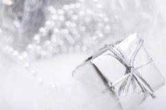 Silvergåvaask på vit blurbakgrund Fotografering för Bildbyråer