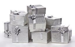 Silvergåvor i en hög royaltyfri foto