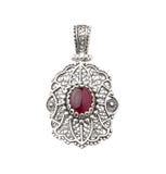 Silverhänget dekorerade vid den röda gemstonen Royaltyfria Bilder