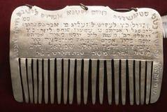 Silverhårkam i en judiska ceremoniella Hall i Prague, Tjeckien Royaltyfria Foton