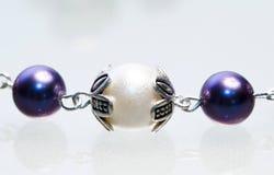 Silverjuvlar med färgrika ädelstenar Arkivbild