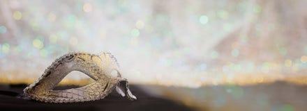 Silverkarnevalmaskering på bokehbakgrund Arkivfoto