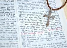 Silverkors och långfredagbibelscripture Royaltyfria Bilder