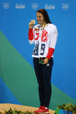 Silvermedaljör Jazmin Carlin av Storbritannien under medaljceremoni efter konkurrensen för fristil för kvinna` s 800m av Rio de J Arkivfoton