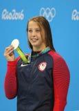 Silvermedaljör Kathleen Baker av Förenta staterna under medaljceremoni efter finalen för ryggsim för kvinna` s 100m av Rio de Jan Royaltyfri Foto