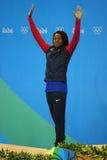 Silvermedaljör Simone Manuel av Förenta staterna under medaljceremoni efter kvinna` s 50 meter fristilfinal av Rio de Janeiro 201 Arkivbilder