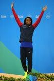 Silvermedaljör Simone Manuel av Förenta staterna under medaljceremoni efter kvinna` s 50 meter fristilfinal av Rio de Janeiro 201 Arkivbild