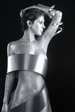 Silvermetallkläder på en kropp målad modell Arkivfoto