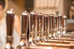 Silvermetallklapp på stången Royaltyfri Fotografi