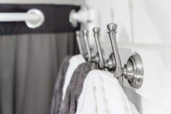 Silvermetallkrokar med vit och Grey Towels Fotografering för Bildbyråer
