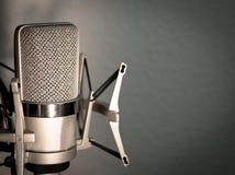 Silvermikrofon på bakgrund för blåa grå färger Royaltyfri Fotografi