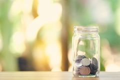 Silvermynt i dussin exponeringsglas Ledning för pengar för goda för långsiktig investering för pengarbesparingmassmedia som bakgr royaltyfri fotografi