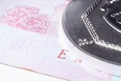 Silvermynt på en pappers- sedel Royaltyfri Foto