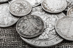Silvermynt på plundra Royaltyfri Foto