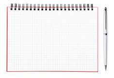 Silverpenna och blank sida av en anteckningsbok Arkivfoton