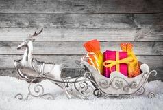 Silverren och Santa Sleigh med gåvor Arkivfoton