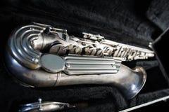 Silversaxofon i dess fall arkivfoto