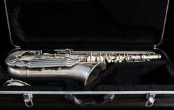 Silversaxofon i dess fall fotografering för bildbyråer