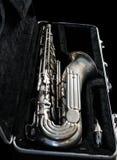 Silversaxofon i dess fall arkivbild