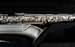 Silversaxofon i dess fall arkivfoton