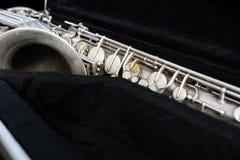 Silversaxofon i dess fall royaltyfri fotografi