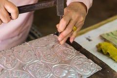 Silversmeden gör bestick som dekorerar konst Arkivbild