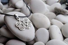 Silversmycken med keltiska designer Royaltyfri Fotografi
