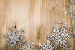 Silversnöflingor och dekorativa fattar på en trätabell Christm Arkivfoton