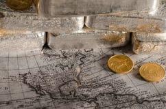 Silverstänger med guld- Eagle Coins på översikt Arkivfoto