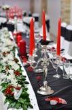 Silverstearinljushållare på brölloptabellen Royaltyfria Bilder