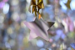 Silverstjärnajul över suddig bakgrund för bokeh royaltyfri foto
