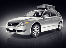 SilverSUV-fordon i svart bakgrund Arkivfoto