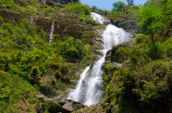 Silvervattenfall i Sapa, Vietnam Arkivbild