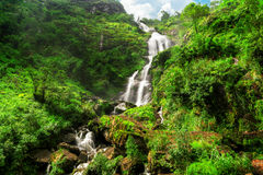 Silvervattenfall i Sapa, Vietnam Arkivbilder