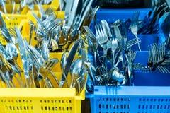 Silverware i cutlery w kolorowym palstic ocntainer w przemysłowej restauracyjnej kuchni obrazy royalty free