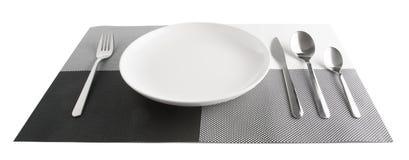 silverware lub flatware ustawiamy i talerze odizolowywający na bielu Obrazy Stock
